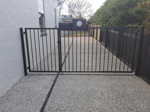 Driveway gate with pedestrian access gate