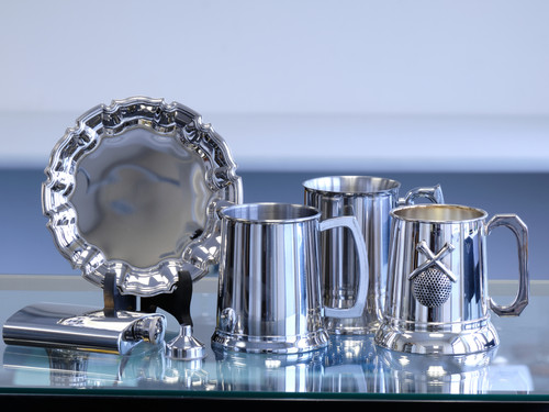 Cups and plates that can be engraved