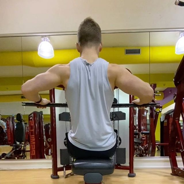Wide Row vs Narrow Row . If you are wanting to target your inner and upper back muscles eg. traps, rhomboids and rear deltoids then wide rows are a great exercise to help achieve tension through that area!  . ‼️make sure you have the hands wide enough that your elbows are inline with your wrists and forearms are parallel with the floor . If the lat muscles are your desired target muscle then the narrow row  will be more specific to that area . ‼️big emphasis on pulling the shoulders back and down and tucking the elbows in as you pull ✅ . . . #pt #lesmills #workout #program #exercise #lifestyle #technique