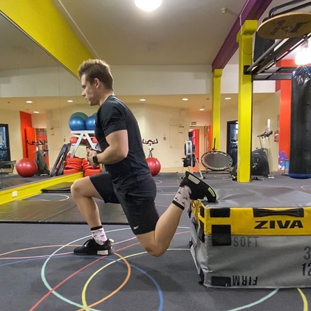The Bulgarian Split Squat is a unilateral compound movement primarily focusing on the quadriceps muscles . Here's how to do it correctly  . ✔️box height is the length of your shin ✔️front knee and upper body are on the same slightly forward angle  ✔️hips are square ✔️chest lifted  ✔️dropping straight down and pushing straight back up  . Try them next time and with those tips, you'll maximise the tension through the correct muscles and keep your joints safe at the same time  . . .  #pt #lesmills #workout #program #exercise #lifestyle